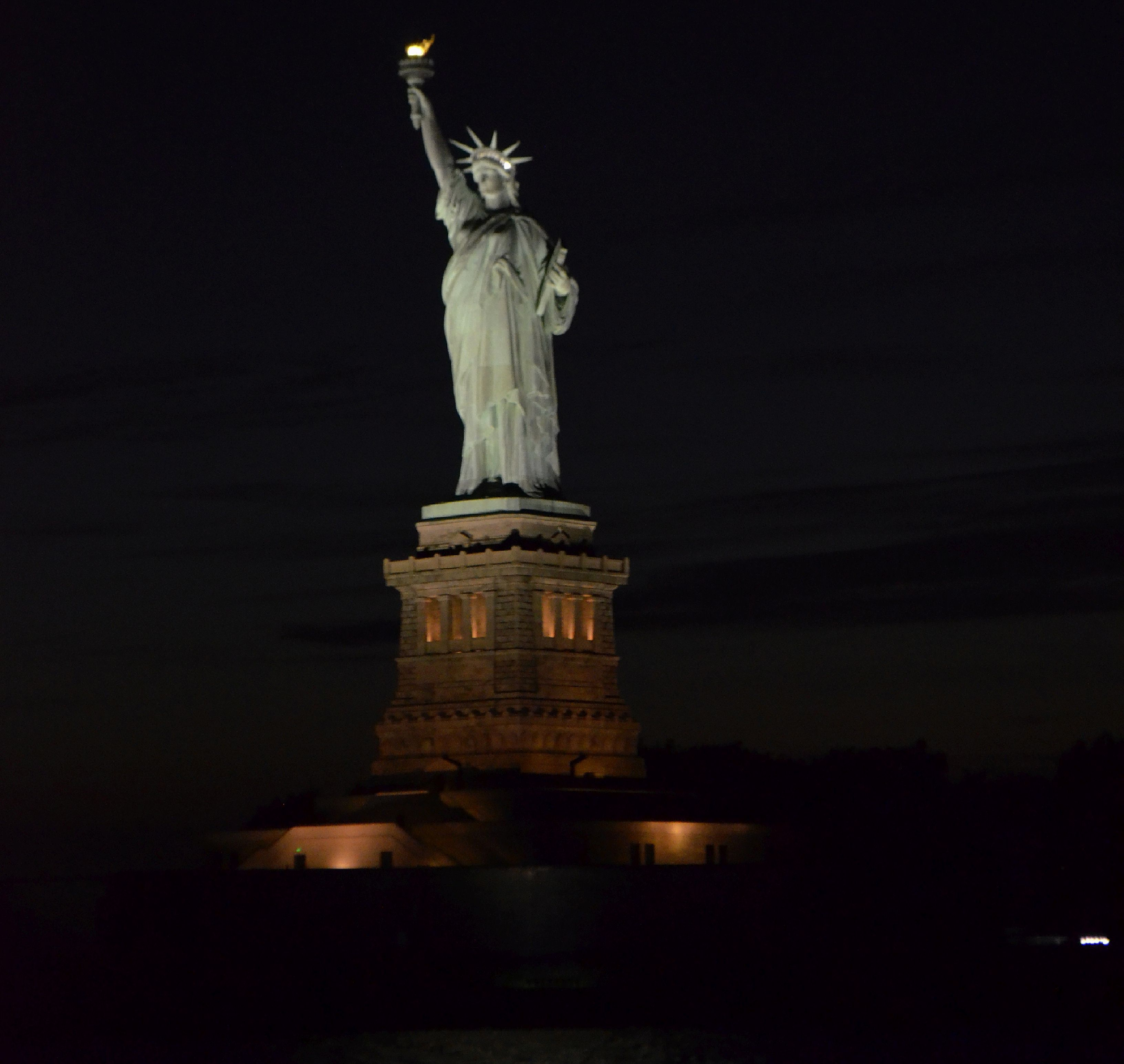 statue of liberty at night new york city, sehenswürdigkeiten manhattan, top 10 sehenswürdigkeiten, travelguide new york, travelblog, travel, lifestyleblog, blogger © ceyourgoals 2016