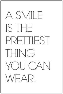 a-smile-is-the-prettiest-thing-you-can-wear_sprueche-für-bilderrahmen-schwarz-weiß-10x15-hoch