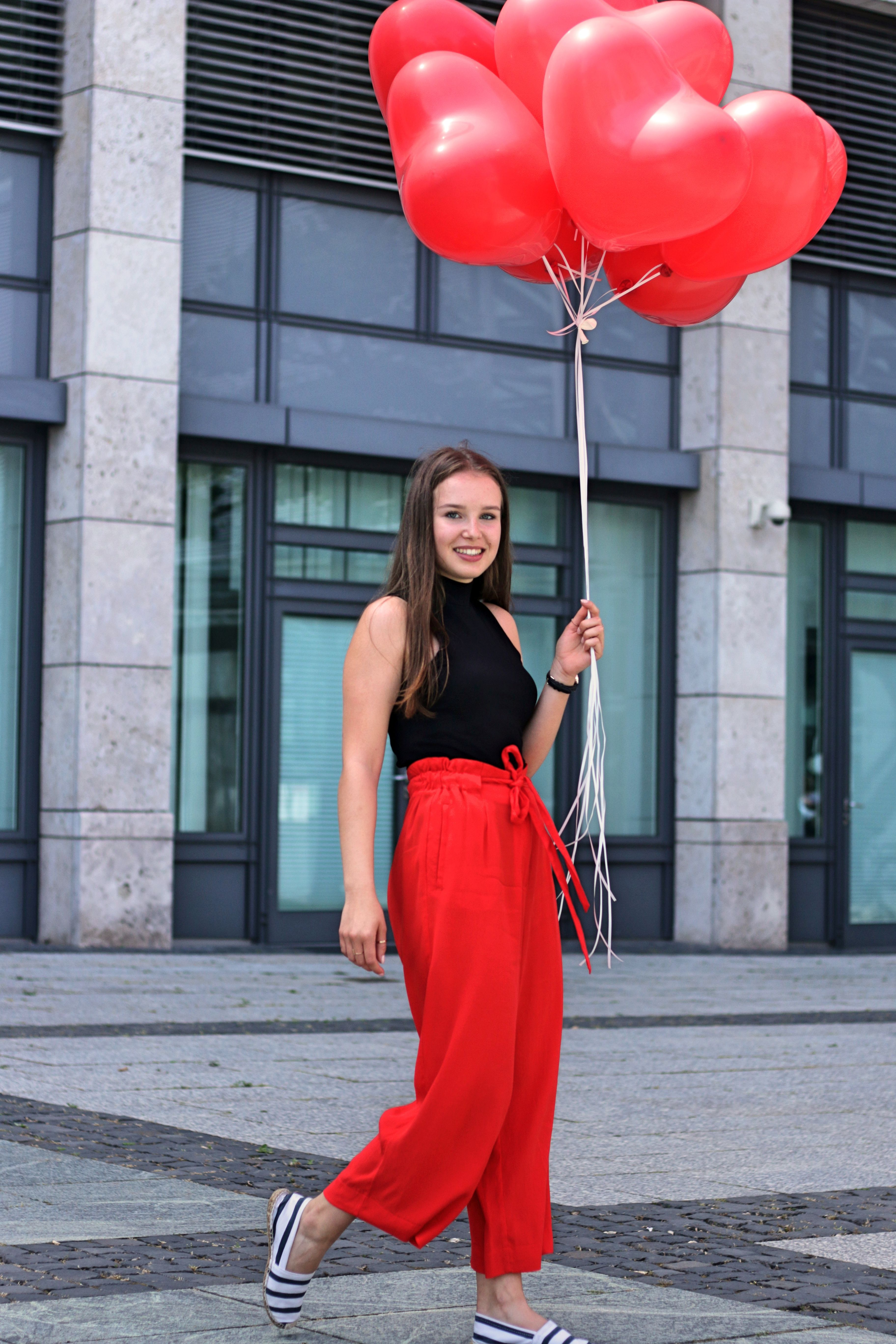 culotte hose rot, wie culottes kombinieren, how to wear, culotte stylen, trend style, hosenrock, summer 2017, streetfashion, fashion, outfit of the day, lookbook, stuttgart, outfit ideen, modeblog, outfit inspiration, geschnürter body schwarz high neck, geschnürtes oberteil, uhr schwarz gold damen günstig, armbanduhr gold, tasche schwarz gold klein, goldringe trend formen, fashion photography, fotoshooting, lifestyleblog, travelblog, Fotograf: Kritsana Lux, Instagram @kritsilux, Youtube kritsana lux, Rottenburg Fotograf, ceyourgoals by Celine, http://ceyourgoals.com © 2017